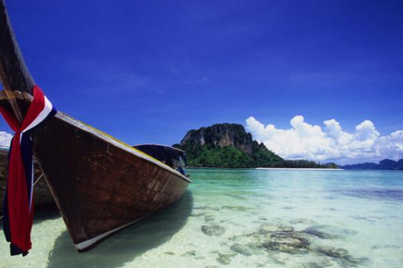 Longtail-Boot am Strand von Thailand