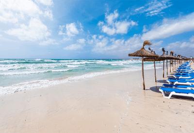 Mallorca Strand Sonnenschirme