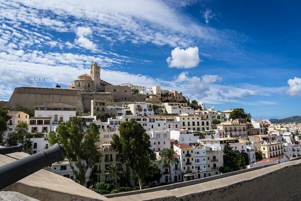 Bild der Festungsanlage Dalt Vila aus der Ferne, Ibiza