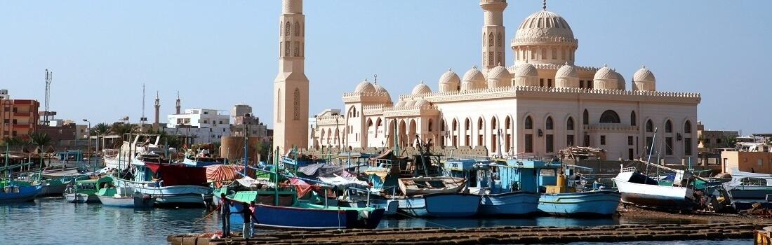 Blick vom Wasser auf Moschee im Hafen von Hurghada, Ägypten