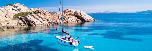 Boot an der felsigen Küste von Sardinien