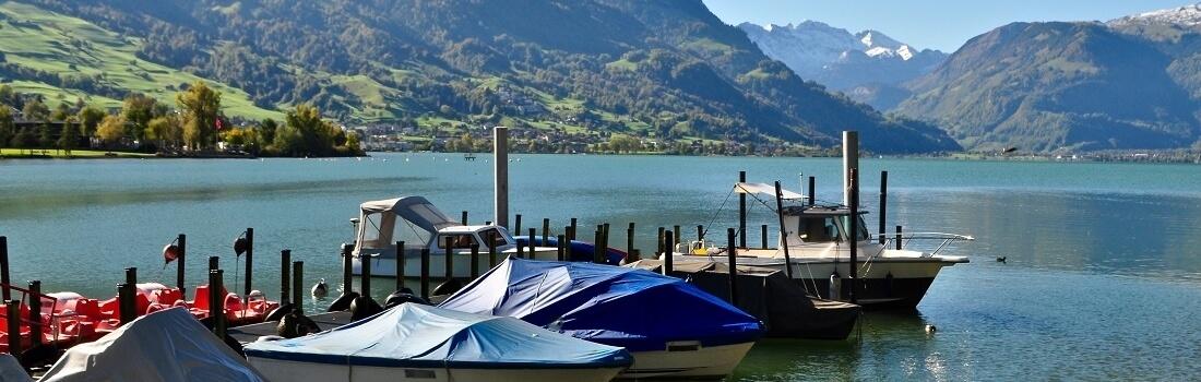 Boote an Hafen im Sarnersee, im Kanton Obwalden mit Schweizer Berge im Hintergrund