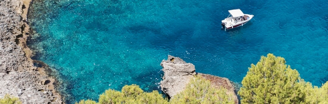 Bucht in Ibiza, Blick aus der Vogelperspektive, Boot auf Meer