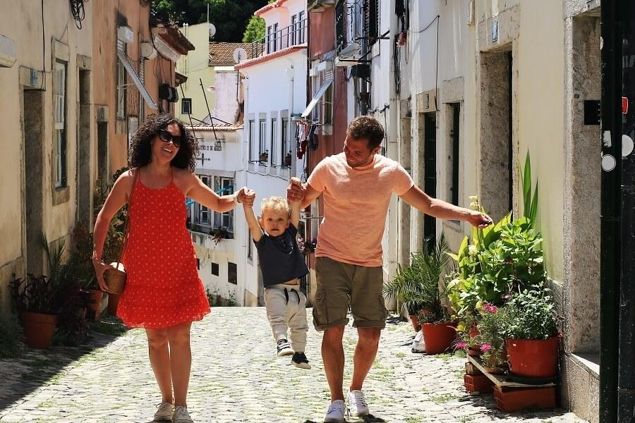 Citytrip, Familie in einer Gasse, mediterrane Stadt