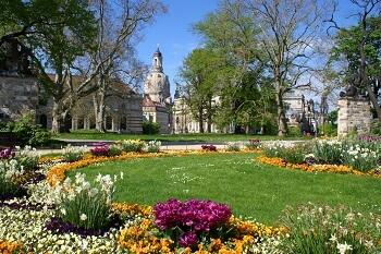 Blick durch den Garten auf die Frauenkirche in Dresden, Deutschland