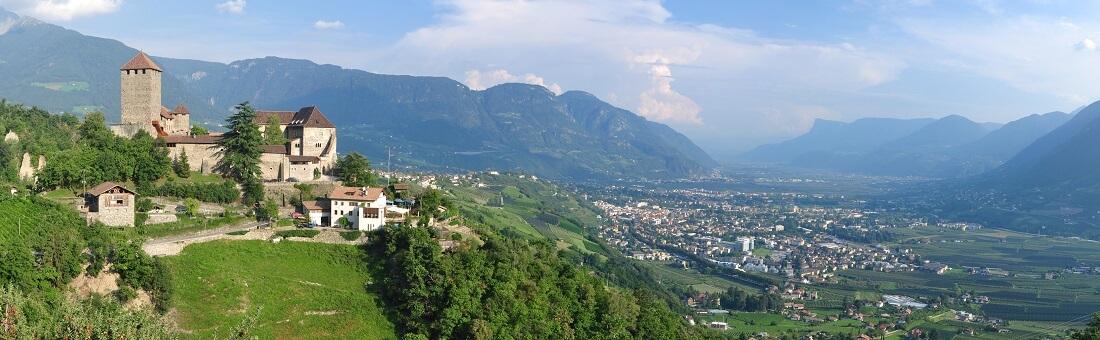 Blick auf ein Dorf im Tal in Südtirol, Deutschland, Italien