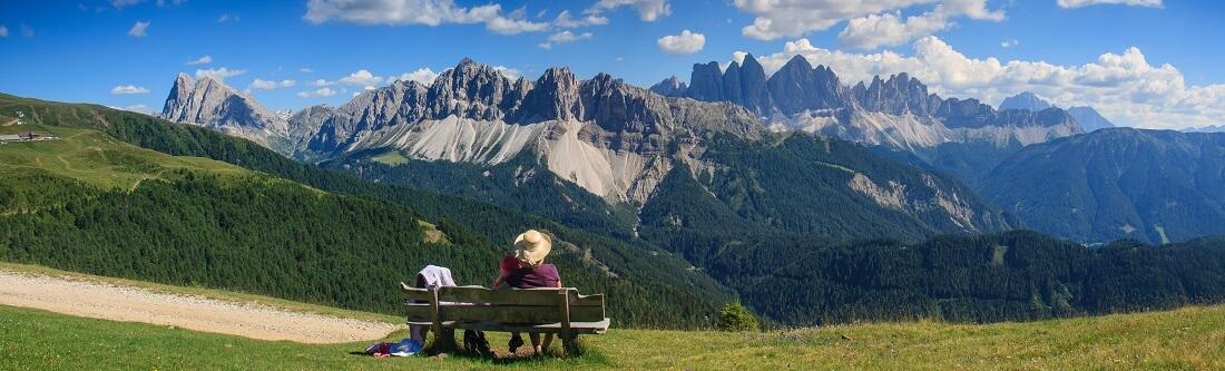 Bank mit Panoramablick auf die Berge Südtirols