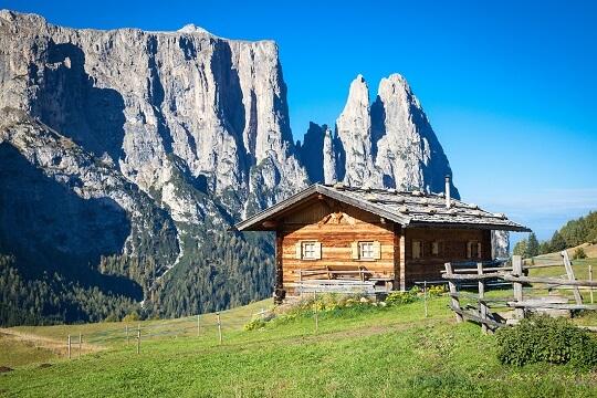 Hütte auf der Alm in Südtirol mit schroffen Bergen