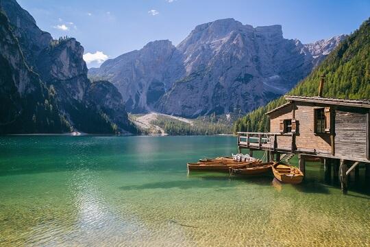 Pause beim Wandern in Südtirol an einem See mit Bootshaus