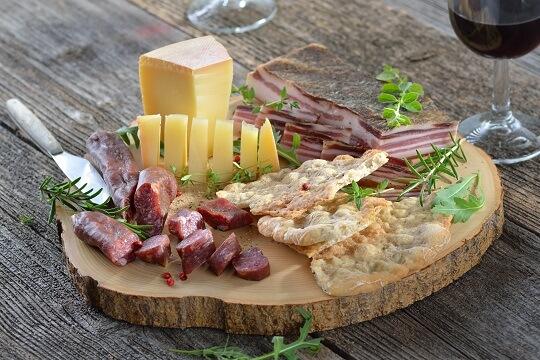 Brotzeit beim Wandern mit Käse, Schinken und Brot in Südtirol