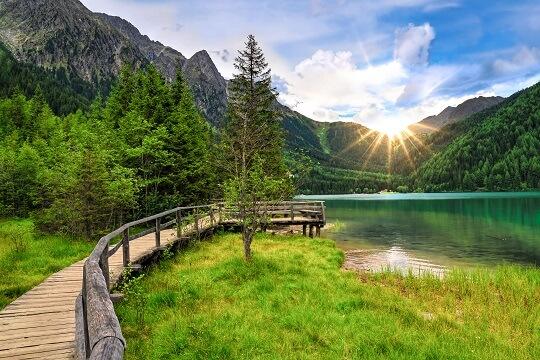 Wandern in Südtirol an einem See mit Steg