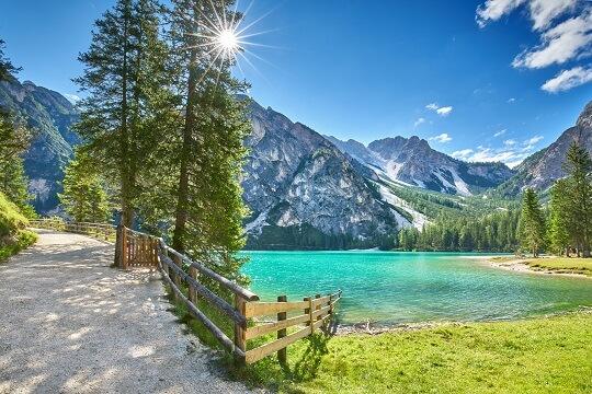 Pause beim Wandern an einem türkis blauen See in Südtirol