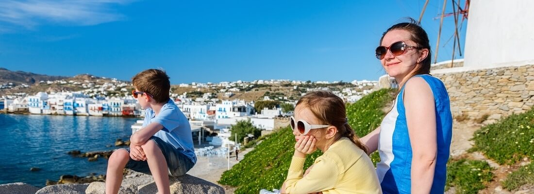 Familie in Griechenland, Familie sitzt am Meer