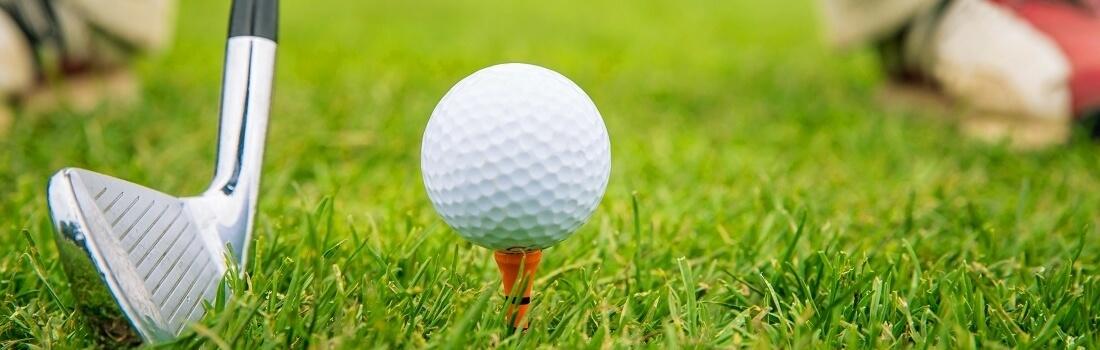 Fokus auf Golfball und Schläger, kurz vor dem Abschlag