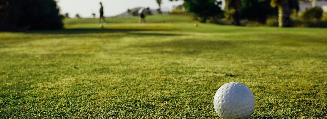 Fokusbild auf Golfball auf Golfplatz