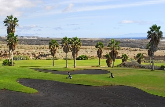 Golfplatz Landschaft auf Teneriffa, im Hintergrund Wüste