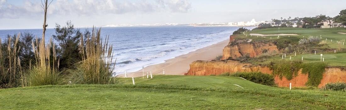 Golfplatz an der Algarve, im Hintergrund das Meer, Portugal
