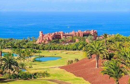 Golfplatz eines Luxushotels auf Teneriffa, Golfplatz in einem Palmenhain