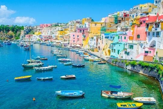 Blick auf den Hafen und die bunten Häuser von Neapel, Italien