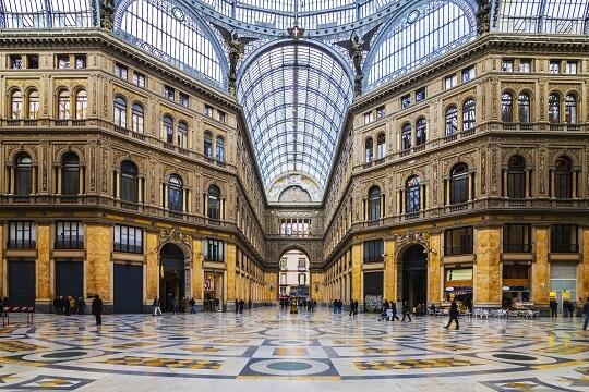 Blick von Innen auf die Kuppel der Galleria Umberto I inNeapel, Italien
