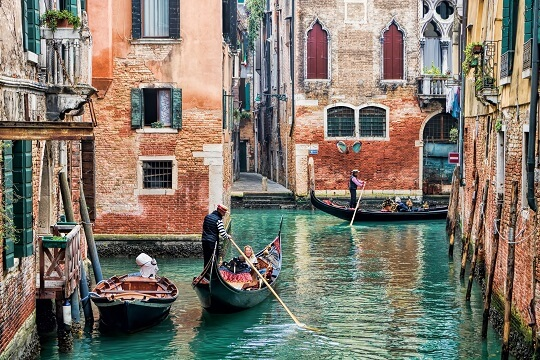 Gondel fährt in einem Kanal in Venedig