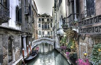 Gracht in Venedig mit Gondel, Italien