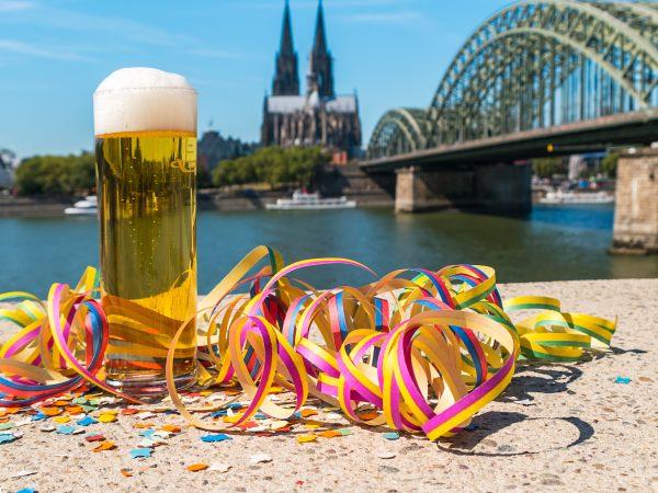 Kölner Dom mit Bierglas und Luftschlangen