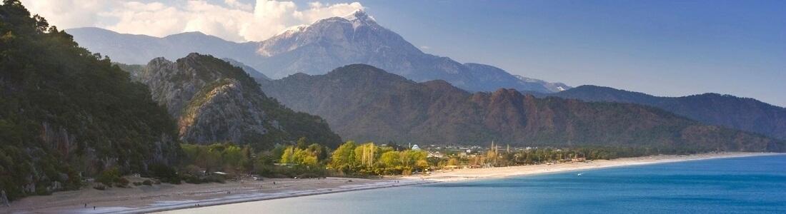 Küstenpanorama Türkei, kleine Stadt und Berge im Hintergrund,