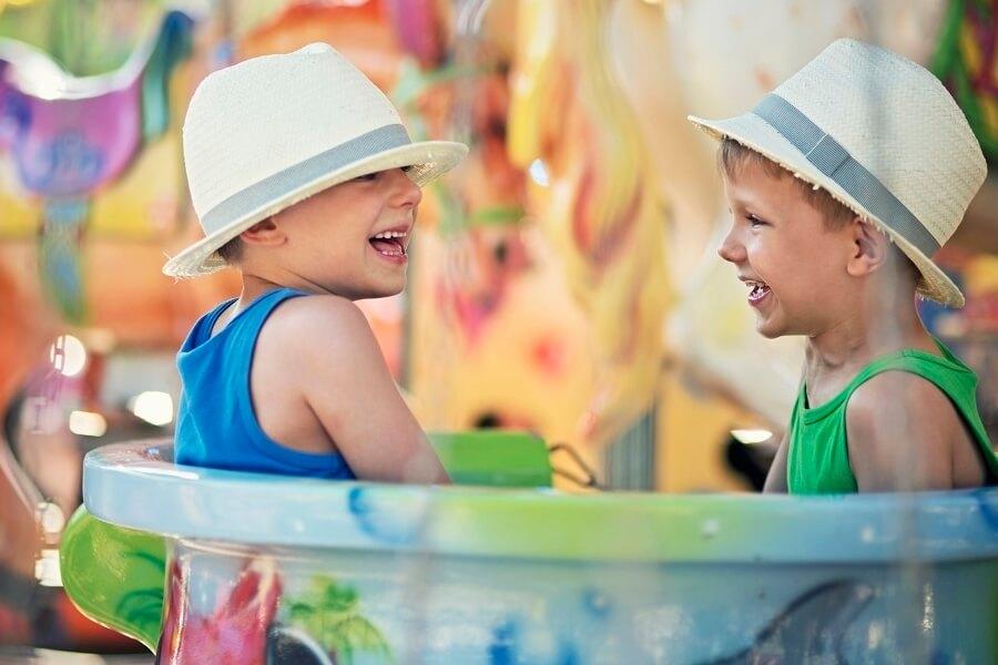 Kinder sitzen in einem Karussell, Freitzeitpark