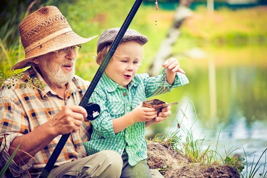 Opa mit Kind beim angeln