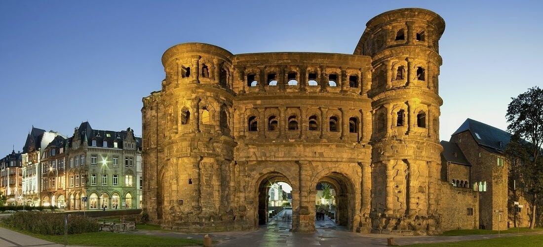Porta Nigra in Trier, beleuchtetes Panorama