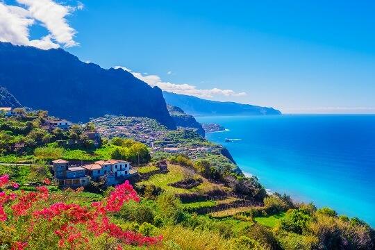 Blick auf die Küste und die Terrassen am Berg auf Madeira, Portugal