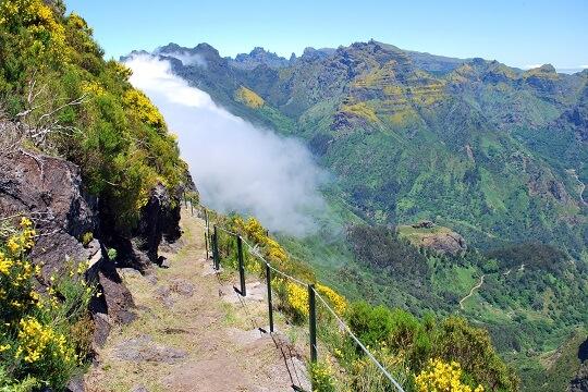 Wanderweg in den Bergen auf Madeira, Portugal