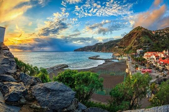 Blick auf die naturbelassene Küste auf Madeira, Portugal
