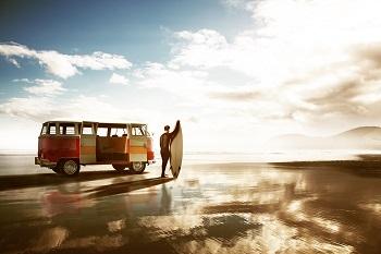 Surfer mit VW Bus am Strand von Portugal