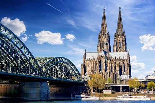 Sicht auf den Kölner Dom, im Vordergrund der Rhein mit Booten