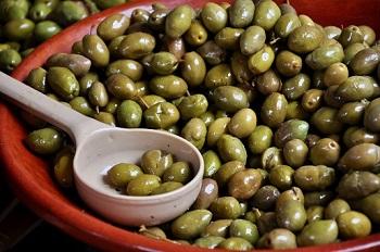 Teller mit Oliven auf Formentera