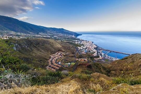 Ausblick auf das Tal mit Dorf auf Gran Canaria, Kanaren, Spanien