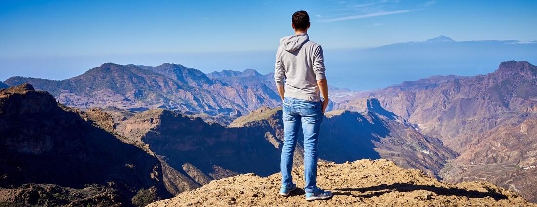 Wanderer geniesst die Aussicht beim Wandern auf Gran Canaria