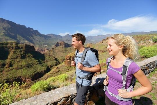 Paar Wandert auf den Bergpfaden auf Gran Canaria, Kanaren, Spanien