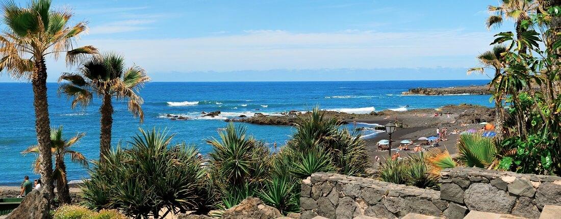 Blick auf das Meer und den Lavastrand auf Teneriffa, Kanaren, Spanien