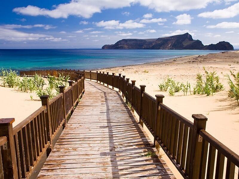 Strand auf Madeira, Steg über die Dünen zum Meer