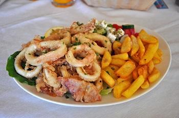 Tintenfischringe mit Pommes frites