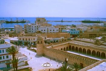 Blick auf eine Hafenstadt in Tunsien