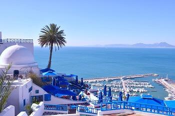 Blick auf den Hafen und mediterrane Gebäude in Tunesien