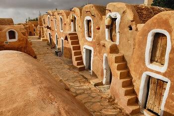 Lehmhäuser in einem Dorf in Tunesien