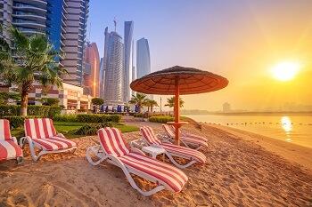 Sonnenliegen am Strand von Duba, VAE