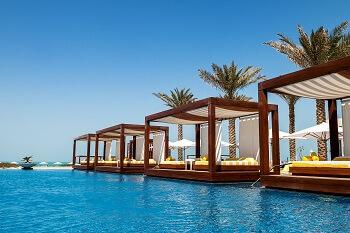 Sonnenliegen am Pool eines Hotels in Duba, VAE