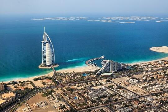 Blick auf das beleuchtete Burj Al Arab aus der Luft, Dubai, VAE