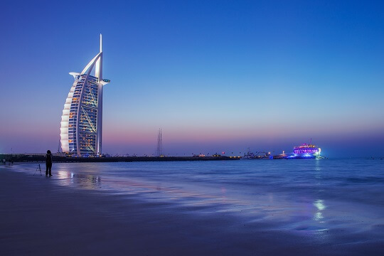 Blick auf das beleuchtete Burj Al Arab bei Nacht, Dubai, VAE